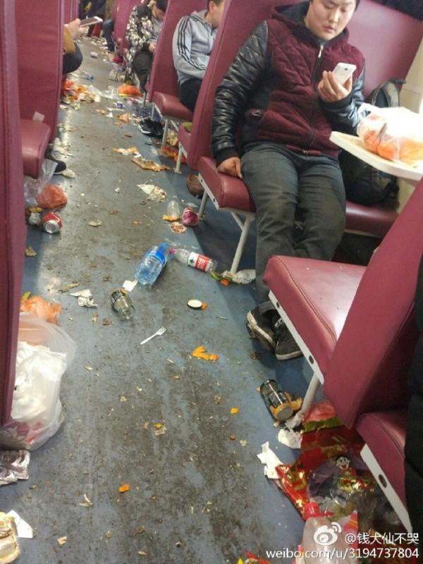 坐一次火車看清素質 地上「滿滿果皮廚餘」每個人都當沒看到!
