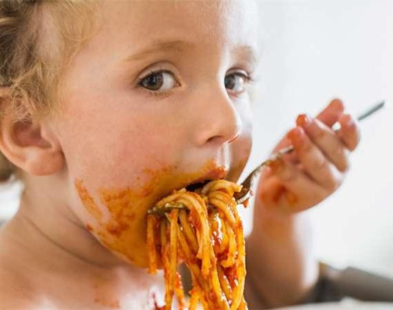 如果你還在幫小孩「剪碎食物」請馬上丟掉剪刀 他們大腦和消化系統會被害慘!
