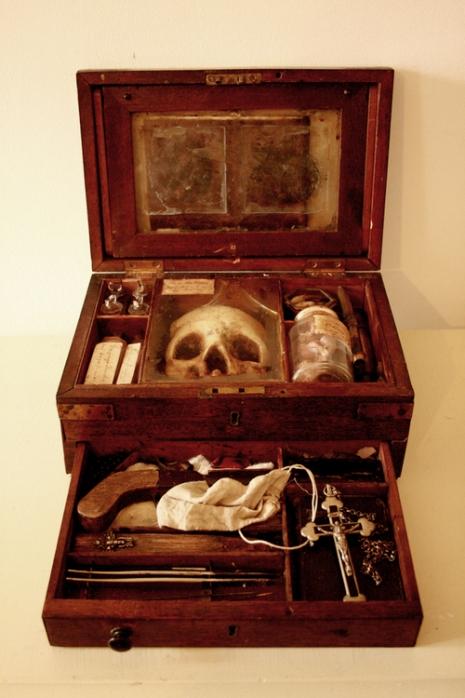 英國百年孤兒院地窖挖出詭異收藏!「吸血鬼、狼人、妖精標本」藝術家把所有人騙慘了!(12張)