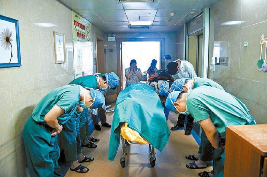 醫護人員全體向「11歲小學生」90度鞠躬致敬 他:我不能當醫生也「要做偉大的小孩」