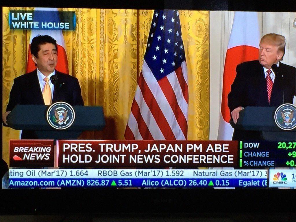 川普在聽日本安倍總理演講沒戴耳機,「假裝聽懂日文」現場超尷尬!(影片)
