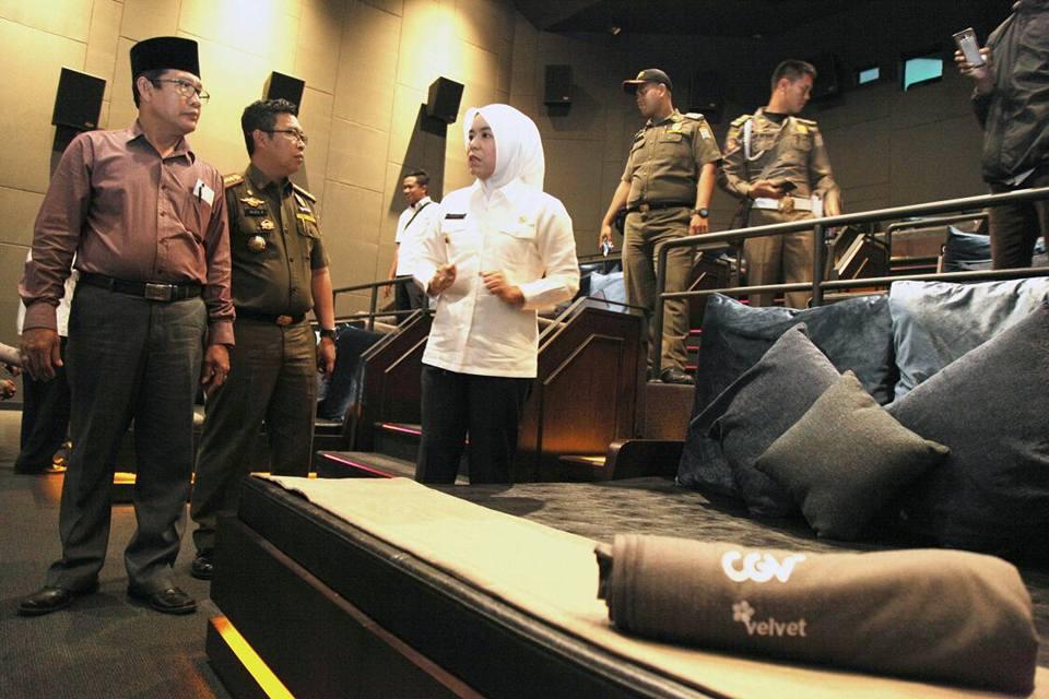 印尼豪華「床式」影院情侶太容易愛愛「孩童當觀眾」,讓政府不得不強制關閉。