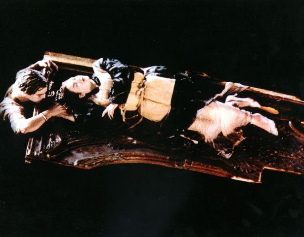 大家20年還在爭論《鐵達尼號》「木板有足夠空間傑克不用死」,導演霸氣完美解釋:「傑克必死!」