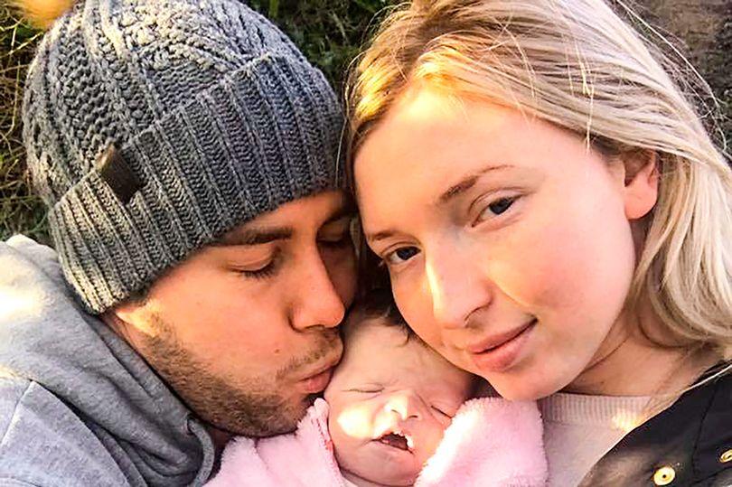 年輕媽媽「與寶寶屍體共度16天」還推娃娃車出去玩,分享照片後其他爸媽都超感激!