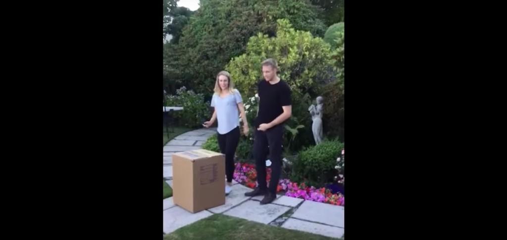 年輕夫妻在親友前「開箱子公布孩子性別」後,拿出了「第二個箱子」親友整個爆炸!