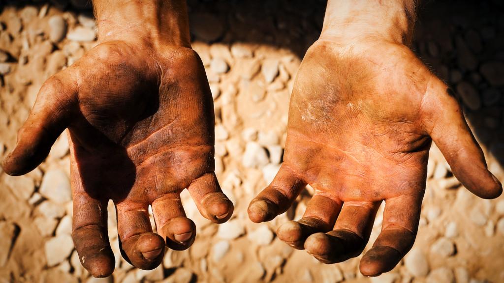 手搖店員印象最深「暖客」,保持距離說:「不想弄髒妳的手」!網友感動:「乾淨才最髒!」