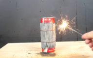 他用仙女棒「綑綁」一罐可口可樂後點火,最後結果超勁爆!