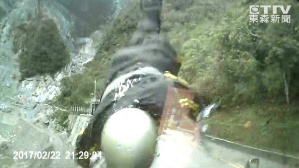 三寶逆向撞死騎士「乘客竟控騎士酒駕」,紀錄器畫面曝光「手機倒影」嚴重打臉!(非趣味)