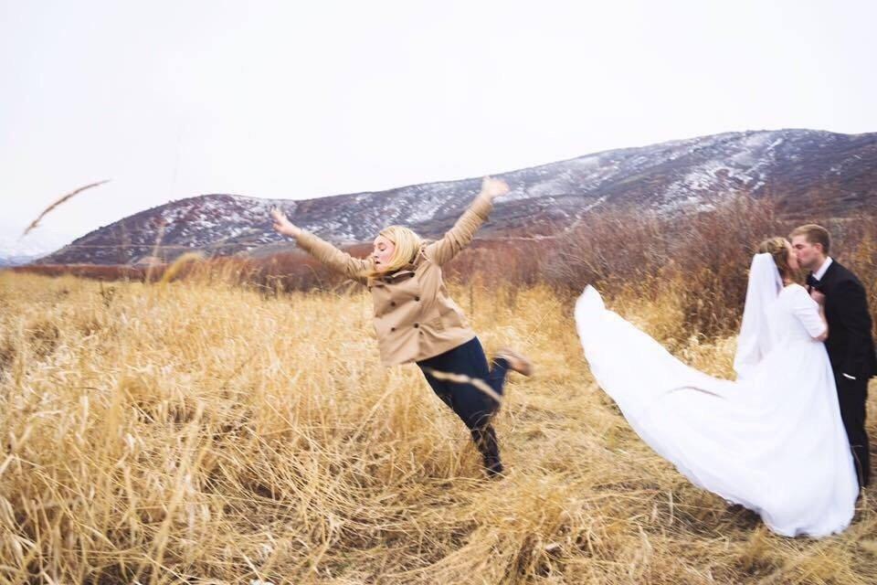 她分享為了幫新人拍完美婚紗照 只好被迫「超悲慘退場的真相」在網路爆紅