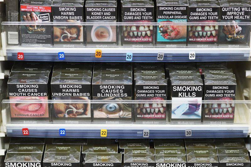澳洲政府把所有菸盒上的「品牌標誌拿掉」,吸菸人數狂大降到12%!