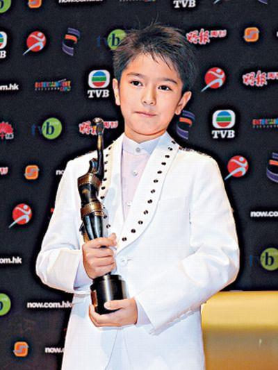 郭富城「兒子」9歲就拿金馬獎,現在19歲變「超帥混血天菜」看媽媽就知道原因了!