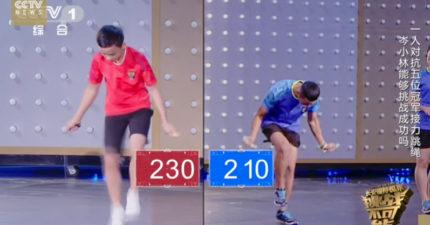 男孩挑戰3分鐘1000下「光速跳繩」肉眼看不到,在第966下踢到繩子... (影片)