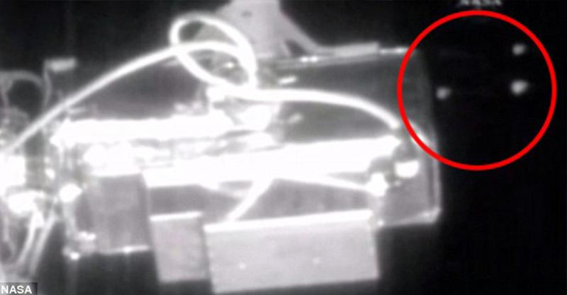 NASA被懷疑「隱瞞事實」,6個光體飛過直播影片「瞬間停止播放」!
