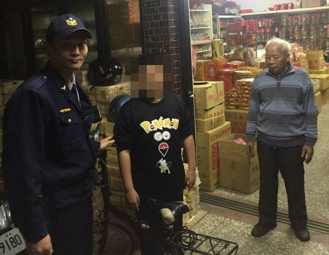 10歲男童「爸爸死前送的腳踏車」被同學惡作劇偷藏急哭,警察發現直接「請上警車」超感人!