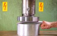 液壓機大戰「金剛狼的爪子」,那塊金屬根本就是「豆腐」啊! (影片)