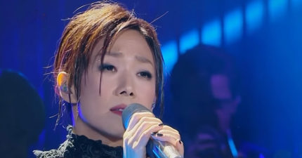 林憶蓮台上重現經典《不必在乎我是誰》,「強到沒對手」觀眾都「HOLD不住」噴淚!