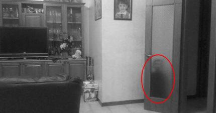 他在家中發現有「小童黑影」躲在門後,走過去「拉開門」差點嚇壞...