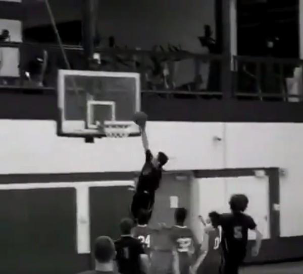 天生「單手」男孩抄球後快攻「帥氣灌籃」,轟爆其他雙手球員!(影片)
