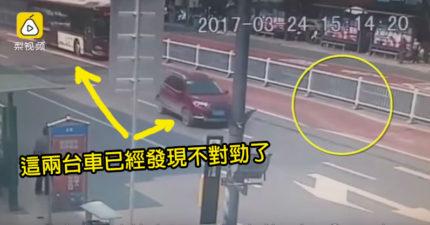 這兩台車開到一半忽然發現前方不對勁立刻停下!你看不到的話就死定了!(影片)