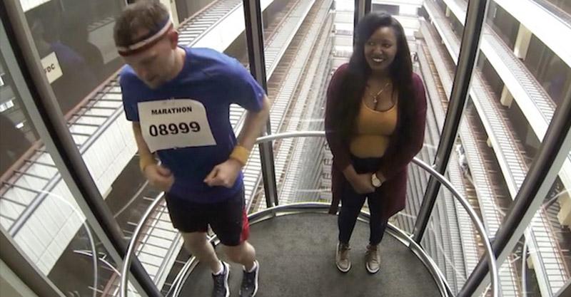 路人「亂入」電梯馬拉松,還不小心得了「冠軍」上台領金牌!