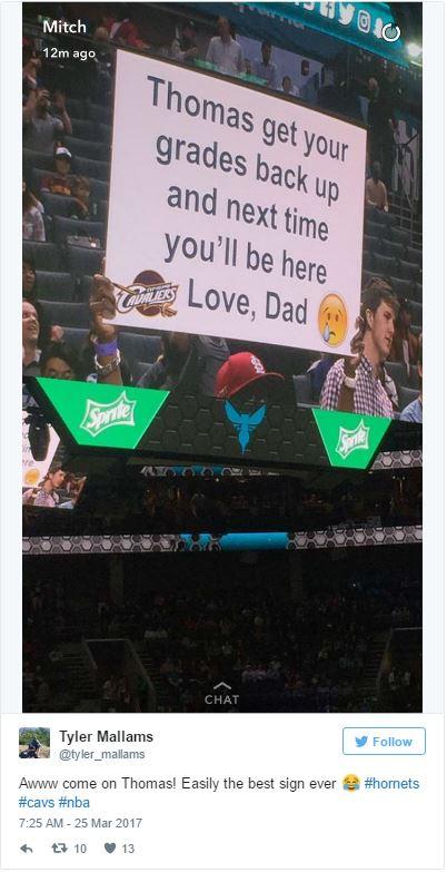 天才老爸每次看球賽都用最爆笑方式「教育孩子」。網友捕捉到他第二次舉牌「你現在聽得到我嗎?」很感人!