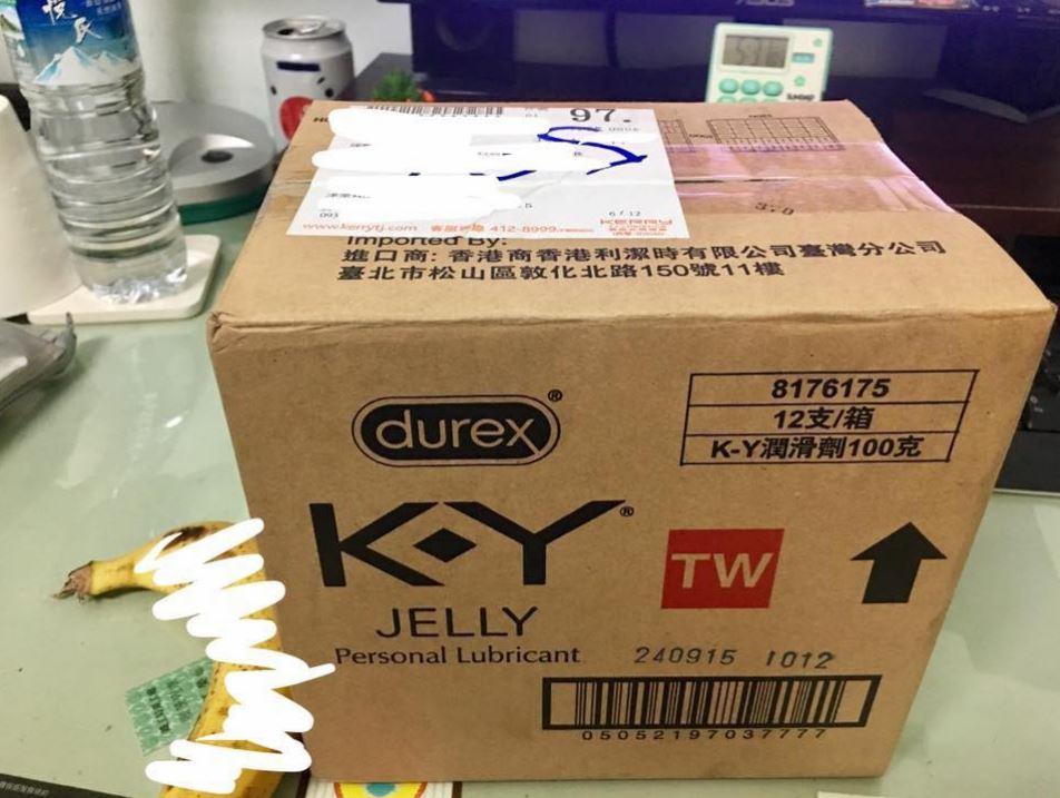 家人幫忙簽收包裹,箱子上「大大3個字」讓他尷尬崩潰死!網友:旁邊那根被馬賽克了!