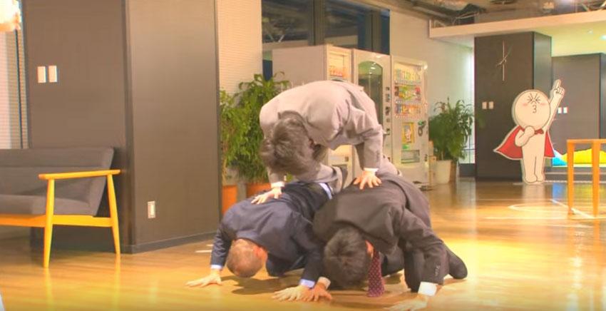 當美女不肯原諒,3個日本男生只把「道歉」變成最爆笑的極限運動!(影片)