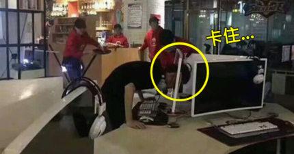 中國男子遇到「豬一般的隊友」超生氣,「用頭撞破電腦屏幕」下場比輸掉還慘!
