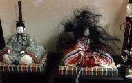 她一起床發現女兒節娃娃的皇后「被惡鬼附身」,回頭一看真相大白噴笑:原來是你!