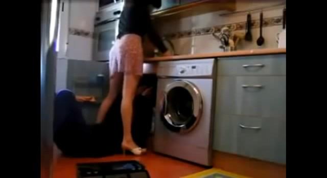她找水電工修廁所漏水「越修越漏」,關鍵訊息紀錄「我比較喜歡你進去插」讓她GG了。