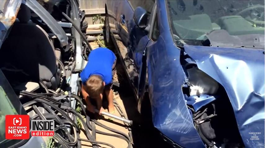 爸爸被「兩個大人才能頂起」轎車壓到肋骨斷裂,8歲小兒子「因為天使」救爸爸一命!