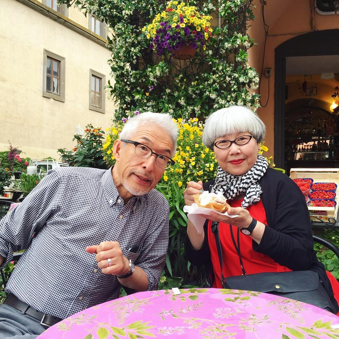 60歲日本銀髮夫妻檔「結婚37年每天穿情侶裝」!超潮時尚穿搭「出場瞬間打趴年輕人」閃爆全網路!(14張)