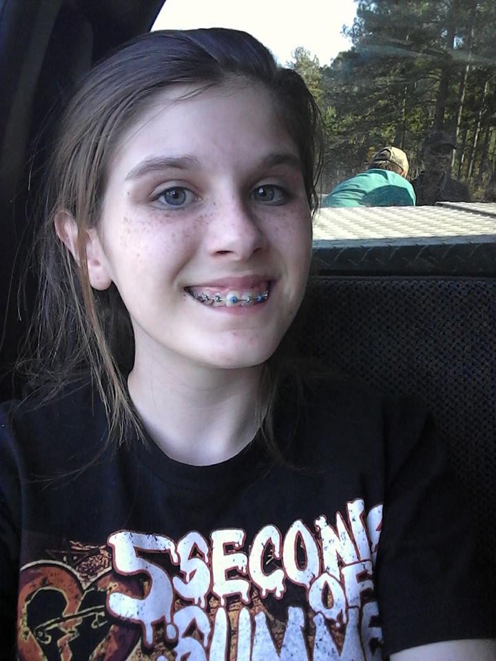 她發現13歲女兒「自拍照」背後怪怪的 放大一看「鬼影驚現」全網路嚇壞!