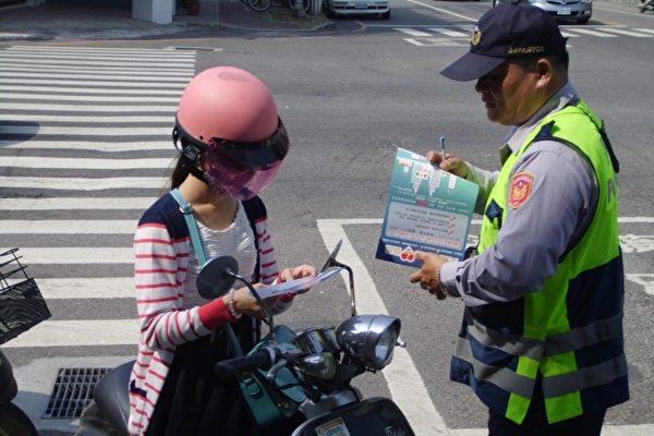 「趕見爺爺最後一面!」她一路狂飆卻被攔下,警察沒開罰單反而「超暖心護駕」逼哭網友!