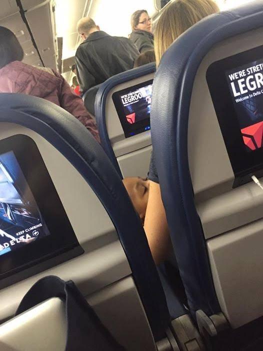 年輕媽媽「帶6月大雙胞胎兒子」搭機卻被空姐趕下飛機,好心人直接「霸氣暫時領養」超暖心!