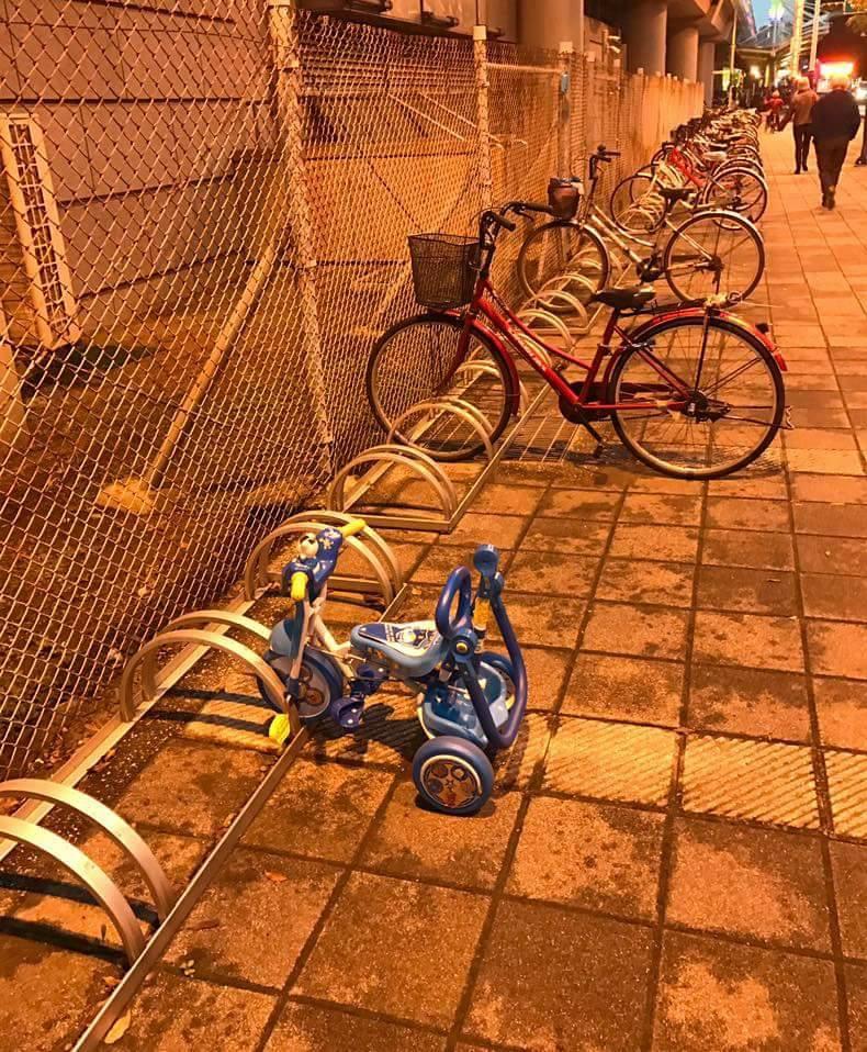腳踏車架上出現「超萌上鎖幼兒車」!網友:「那台說不定最貴...」