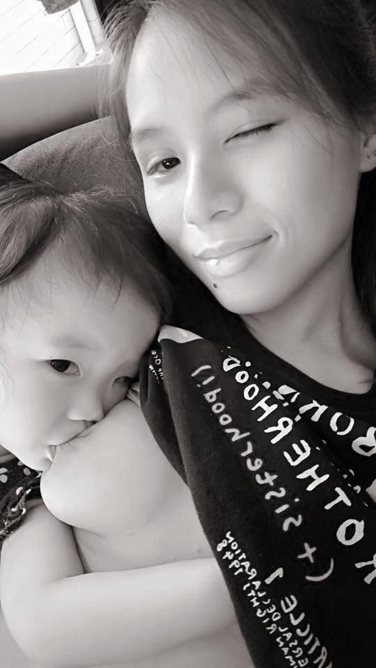 新加坡辣媽在地鐵上餵母乳被偷拍引發爭議,臉書上PO露整顆餵母乳照「展現全自然母愛」!