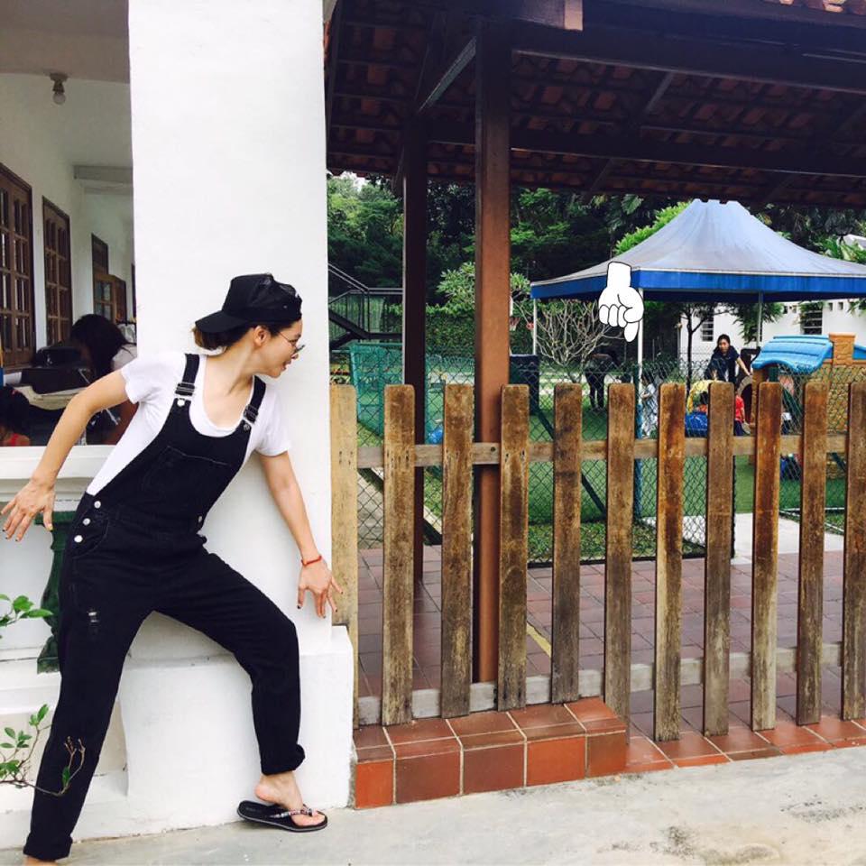 女神徐若瑄往幼稚園內「偷窺」,讓數萬爸媽議論!網友:「鞋子才是亮點!」