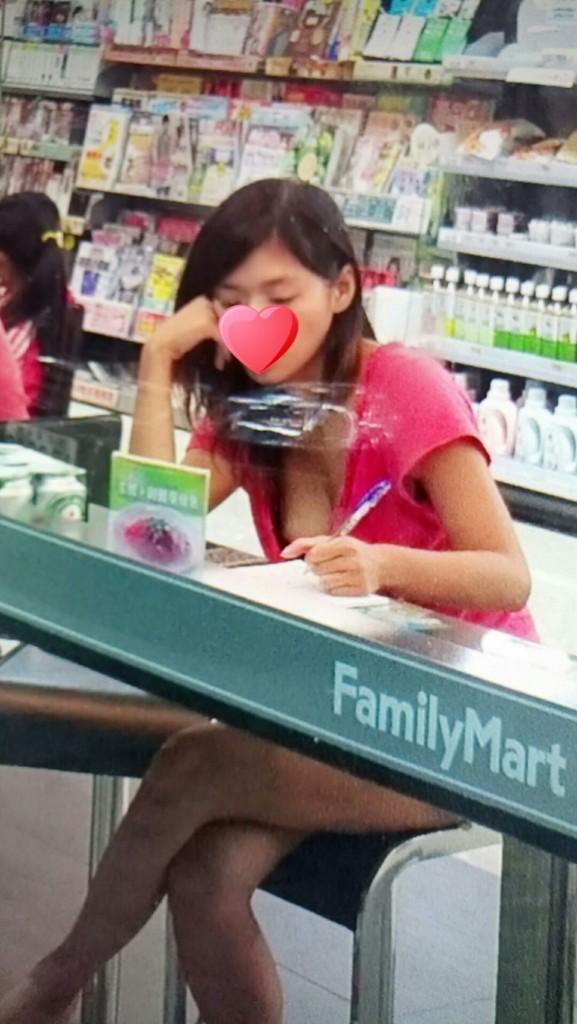 在超商外面看到「超胸正妹」詢問單兵「如何處置」?網友:「臉貼在玻璃上看啊!」