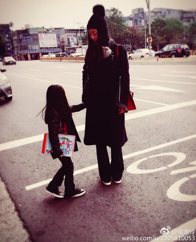 曹格女兒被人說「不好看」,長大後跟時尚辣媽「超模級合照」讓酸民臉腫!(13張)