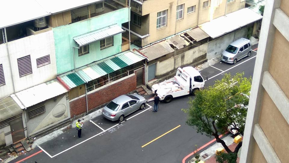車子停在停車隔內,警察照樣「開單拖吊」!網友:「第一次聽到這樣也違規!」