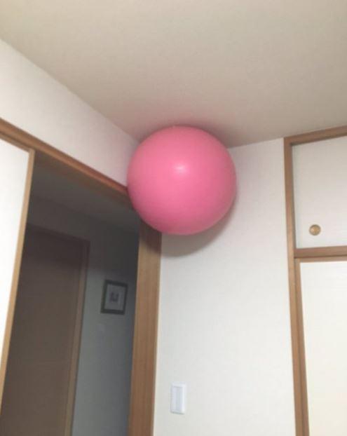 日本人家裡出現奇怪現象 「巨大瑜伽球體懸浮在空中」原來是最強收納方法!