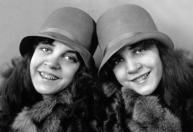 連體雙胞胎都「如何愛愛」?史上第一對連體雙胞胎「和姊妹」生了21個孩子!