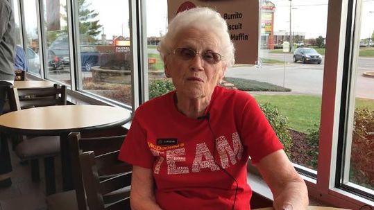 94歲老太太在麥當勞「工作44年」還不想退休,愛工作:「我跟著客戶去旅遊」!