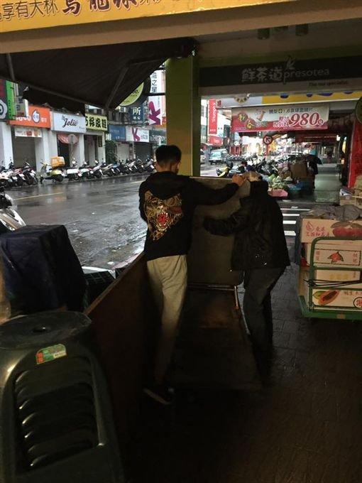 以為是屁孩!見婆婆攤車倒了「刺青仔」衝上前拯救「逼婆婆休息」。網友狂讚:「台灣最美風景!」