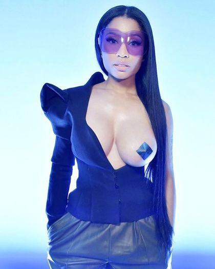 嘻哈歌姬妮姬米娜出席「時裝展」,衣服只穿一半「F級左乳外露」吸乾目光!