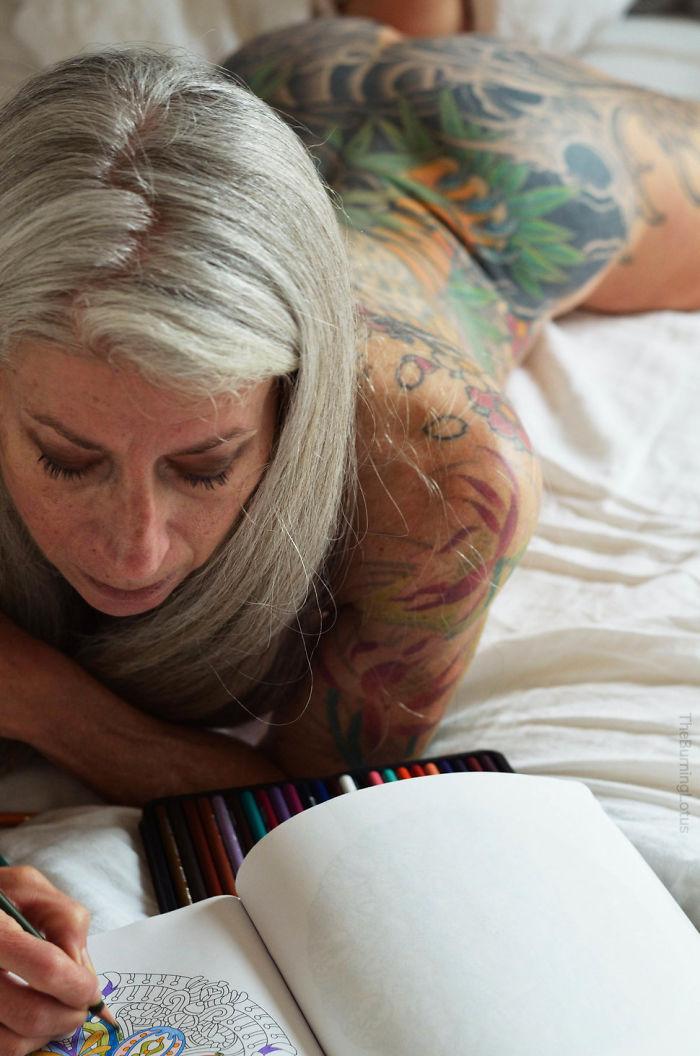 56歲的「全身刺青高齡模特」大膽展現自己的「全部」,翹臀超性感讓年輕人都嫉妒! (10張)