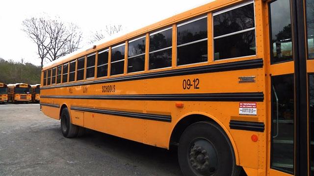 英勇高中生發現「司機的頭很奇怪」馬上行動,最後借出電話「拯救了38名小孩」!