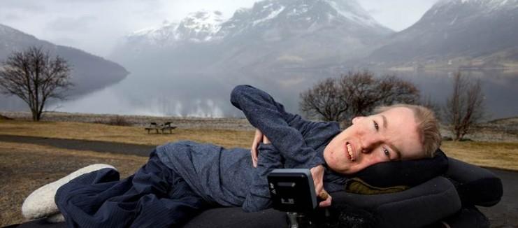 挪威政治家患肌肉萎縮症「瘦到只剩骨頭」,勇敢拍下「大自然裸體寫真」證明外表不是一切!(13張)