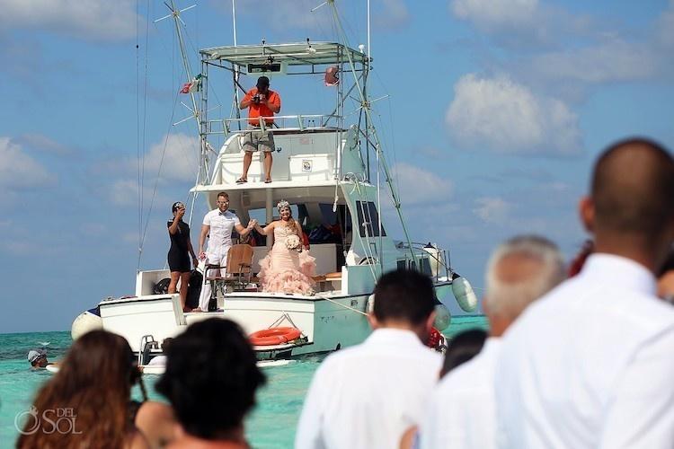 婚禮規劃師說「海底婚禮」不可能辦成,新人超猛打臉「水下親嘴魚見證」不能更浪漫!(20照片+影片)